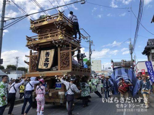 香丸町の山車と小川町の幌獅子がすれ違う。