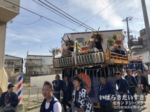 冨田町のササラの山車が総社宮前に向かいます。