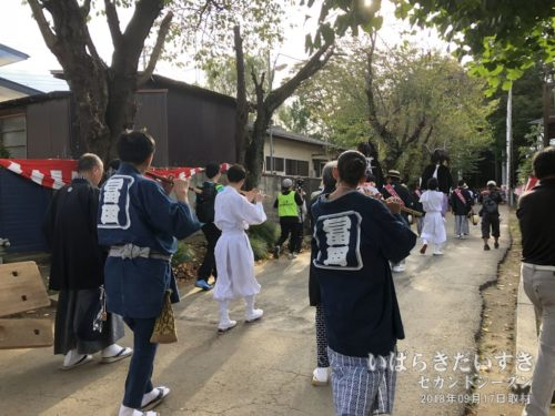 富田町のお囃子一行が続きます。
