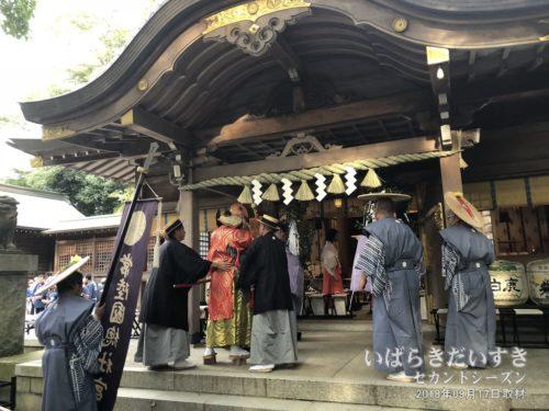 猿田彦および役員は拝殿に参列します。