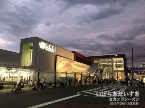 雲行きの怪しい、JR石岡駅前。