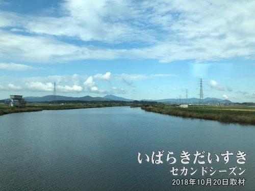 恋瀬川と筑波山<br>常磐線下りの車窓左側から眺められる、恋瀬川と筑波山。