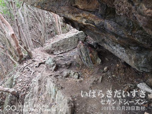 御岩山の「赤い石」<br>この手のパワースポットは「触れてはいけない」説がありますが、登山客は議論が分かれていました。