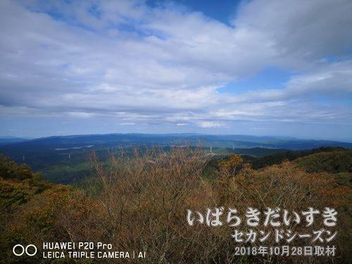 高鈴山 山頂(623.3m )<br>自分のように、日立市街地方面や、御岩神社方面、神峰山方面と、いくつかの登山ルートがあり、お昼時の山頂は賑わいます。