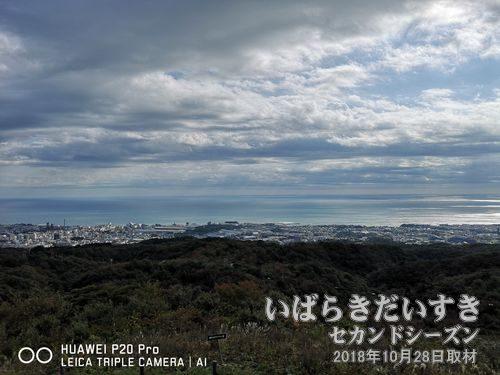 助川山 山頂(328.8m)らの眺め<br>日立市、日立駅前の市街地を一望できます。