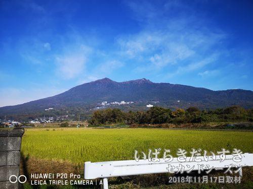 筑波山(877m)<br>左が男体山、右が女体山。