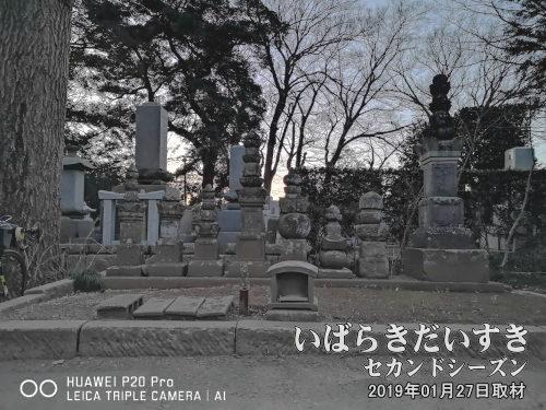 海禅寺 七騎塚〔茨城県守谷市高野〕