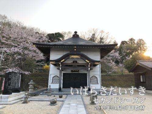 丈六薬師 薬師堂<br>「木造薬師如来立像」(県指定文化財)が保管されています。