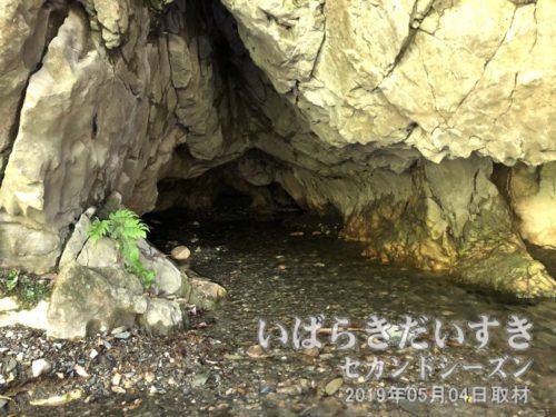 諏訪の水穴(神仙洞/しんせんどう)<br>〔茨城県日立市諏訪町〕
