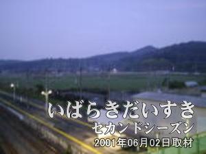 【高架橋(跨線橋)から撮影 その1】<br> 山々に囲まれています。