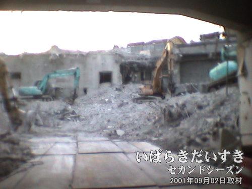 【イトーヨーカドー 旧;土浦店 解体中】<br>イトーヨーカドー旧土浦店に立ち寄ると、建物の解体現場を撮影することができました。