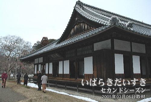 至善堂<br>弘道館で開校当時から残る国特別史跡。左手の広場が対試場となり、武術の時化などが行なわれました。