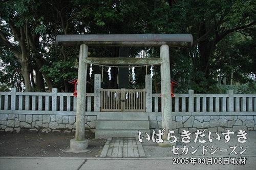朝日三角山遺蹟<br>参拝道に対して左手に、「朝日三角山遺蹟」と呼ばれる囲いが存在します。囲いの中には吉田神社の祭神である、日本武尊の名が刻まれた碑(祭神日本武尊御遺蹟)が建てられています。