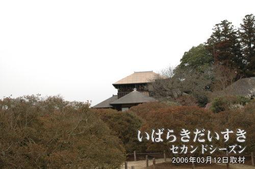 好文亭<br>斉昭公が設計したとされる、3階建ての木造家屋。2006年頃に一度、屋根を葺き替えました。その時は写真のように、黄金に輝いていました。