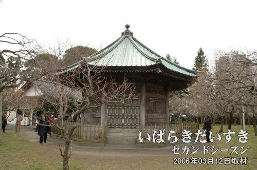 八卦堂<br>弘道館の教育の基本を示した「弘道館記碑」が納められています。