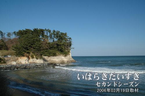 小貝浜(豊浦)<br>切り立った岸壁の海岸線が特徴。「金色姫」伝説の「豊浦」とは、ここ小貝浜のことと言われています。
