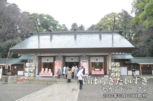 常磐神社<br>徳川光圀(義公)、斉昭(烈公)を祭神に祀る。偕楽園に訪れたらまずはじめにご挨拶をしておきたいところ。