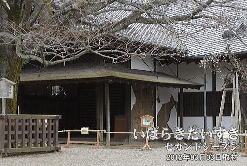 被災崩壊した弘道館正庁<br>東日本大震災(2011)の翌年2012年に訪問。まだこの時は修繕前で、弘道館の敷地内への入館は制限がありました。