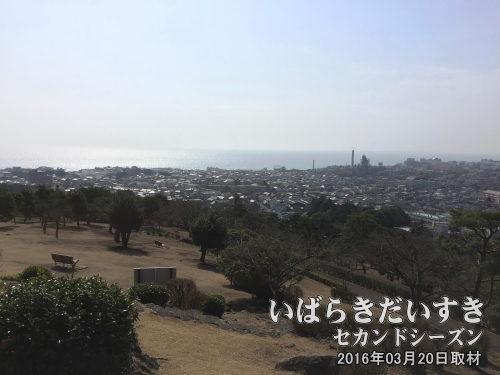 神峰山から日立市街地を眺む<br>日立の山の方から、海の方を眺める。