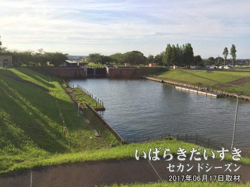 横利根閘門(茨城県稲敷市/千葉県香取市)<br>霞ケ浦を海と隔てる水門。この水門により、土浦市街地の水害は減りましたが、霞ケ浦は淡水湖になり水質は悪化、漁業に悪影響が出ました。