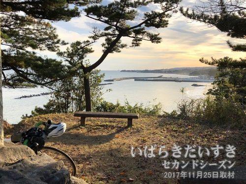 川尻海水浴場 / 川尻海岸<br>並みが穏やか。茨城百景碑のある広場から川尻海岸を眺める。