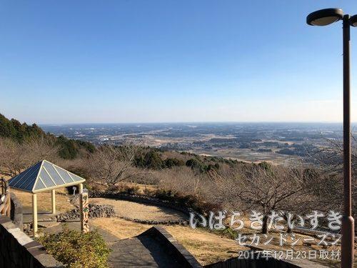「あたご天狗の森」から岩間市街地を眺める<br>愛宕神社参拝堂前までは、車で上がってくることもできます。