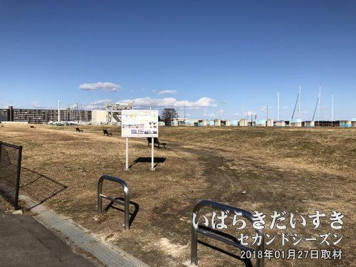マンション建設途中で投げ出された土浦港<br>マンション建設で更地になった土浦港。デベロッパーが逃げてしまい、無残な姿に。。