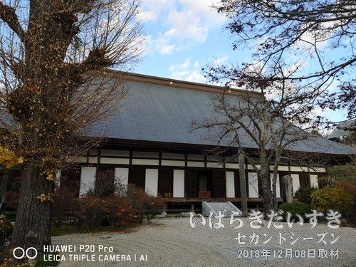 月山寺 本堂<br>境内の敷地はたいへん広く、千手室、、晩鐘などが配置されています。