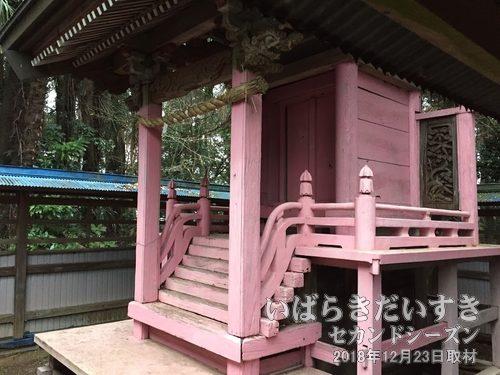 姫宮神社 神殿<br>亡くなった浮島城城主の愛姫小百合姫の霊を慰めるために祀ったのが惣司と言われています。「姫」らしいピンク色は、たいへん珍しい配色です。