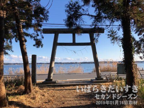 芝崎神社<br>涸沼北側の真ん中に位置し、境内からは涸沼を一望するように建てられています。