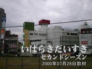 常磐線土浦駅ホームから西友土浦店を眺めます。赤く見えるのが、西友の文字が入っていた看板です。現在は文字がはずされています。