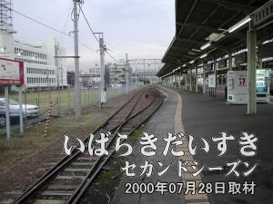 土浦駅1番線を水戸方面に眺めます。レールが二つに分岐しています
