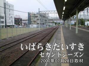 土浦駅1番線を上野方面から水戸方面に眺める。