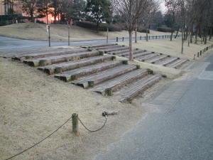 テクノコスモス方面に通じる階段Dブロック(ぽっちゃん湖)とFブロック(テクノコスモス)方面に通じる階段。当時から使われているもののようです。