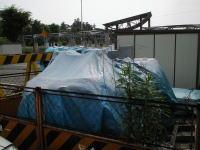青いビニルシートにかけられている、こちらが常磐線万博中央駅跡地にあった記念碑です。