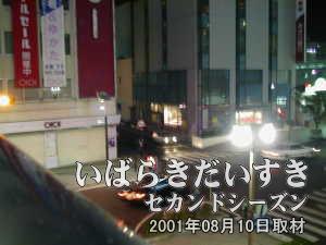 土浦駅西口の高架から丸井方面を撮影。 道路右手の建物は、あさひ銀行。左手の建物が丸井。