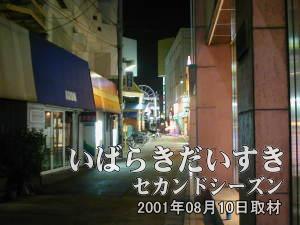 丸井のわきの通りを歩いていくと、金馬車(KINBASYA)というパチンコ屋さんが左手に見えます。その左手の細い道に入っていくと、西友土浦店があります。