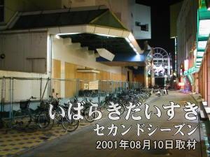 金馬車のある通りを歩いていくと、開口部をベニヤでふさがれた建物があります。ここが西友土浦店です。