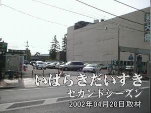 この駐車場幅全部が土浦京成百貨店の跡地ではなく、およそ3分の2の幅が、土浦京成百貨店が所有していた 土地になるものと思われます。