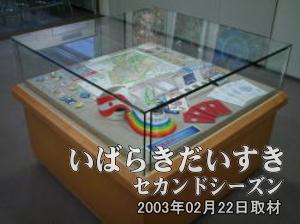 【科学万博のグッズ】 <br>会場MAPやコスモ星丸君のピンバッジ、EXPO'85の記念メダル等があります。