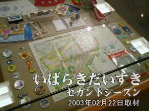 【ショーケース 奥側】左から「ワッペン(バッチ)」「会場地図」「ワッペン(バッチ)」(一部キーホルダー)となっています。
