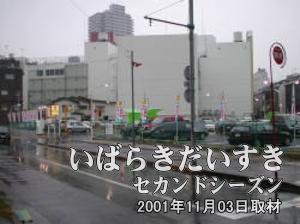 土浦駅方面から歩いてきた道を振り返るように撮影。写真奥の白い壁の建物は、パチンコ金馬車が入る建物。さらに奥の建物が西友土浦店。