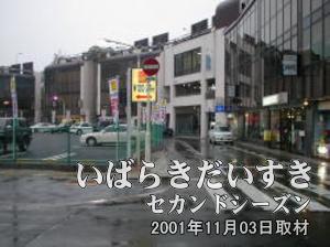 写真右手のモール505と駐車場(イトーヨーカドー 旧・土浦店跡地)の間に道があるので、道に沿って進みます。