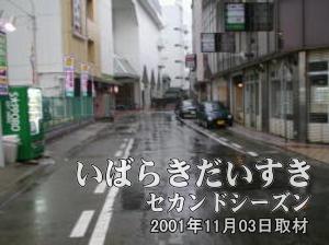 さらに進んでいくと、西友土浦店のある建物が左手に見えてきます。さらに進むと、土浦東武ホテル、小網屋と続きます。