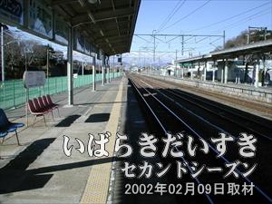 【進行方向を眺める】<br>地方の駅ですが、ホームに屋根があったりしてよい感じ。立派な駅です。