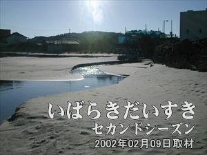 【海に流れ込む水】<br>右の施設から水が海に流れています。生活排水を浄化させたものが流れているのでしょう。