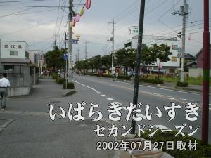 【花水木通り】<br>時間も早いためか、人はまばら。今のうちに会場となる花水木通りを歩きます。