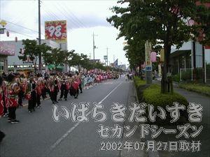 【パレードを待つ参加者】<br>花水木通りの端では、パレードの時間待ちの参加者がたくさん。