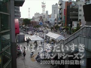 【賑わっています土浦駅前】<br>まだ時間は早いですが、土浦駅西口前にはたくさんの人が訪れています。