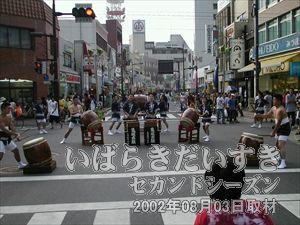 【亀城太鼓演奏】<br>太鼓の力強い音が響き渡ります。まつりの雰囲気が高まります。
